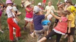 дети играют в «Волну»