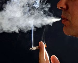 Мужик курит