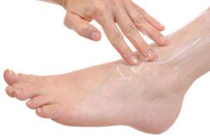 нанесение геля на ногу