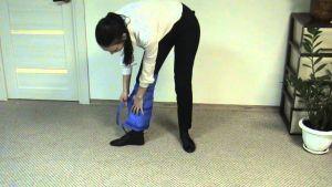 процесс одевания подушки