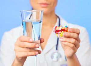 препарат в руках и стакан