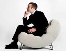 мужчина в кресле